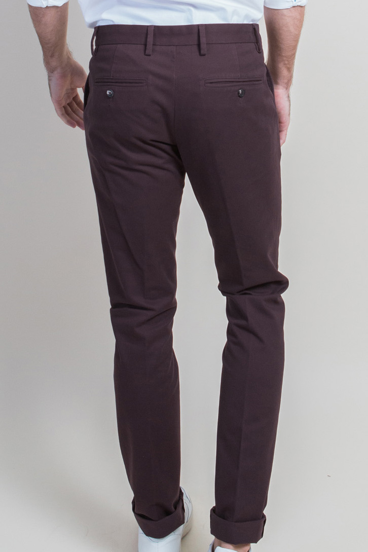 Zoom Chino Bordeaux dos