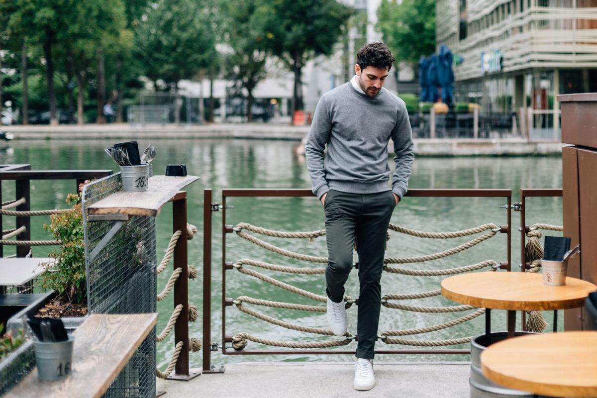 Tenue: chino Kaki, sweatshirt gris et chemise oxford blanc