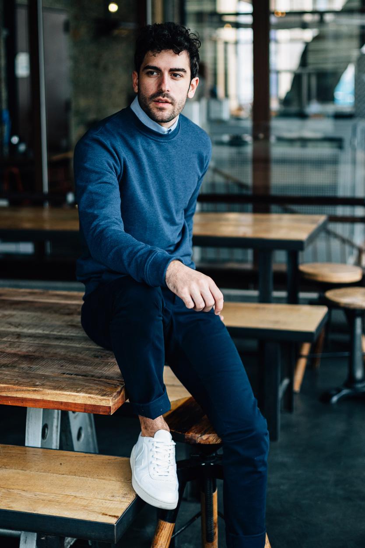 Lifestyle sweatshirt bleu assis
