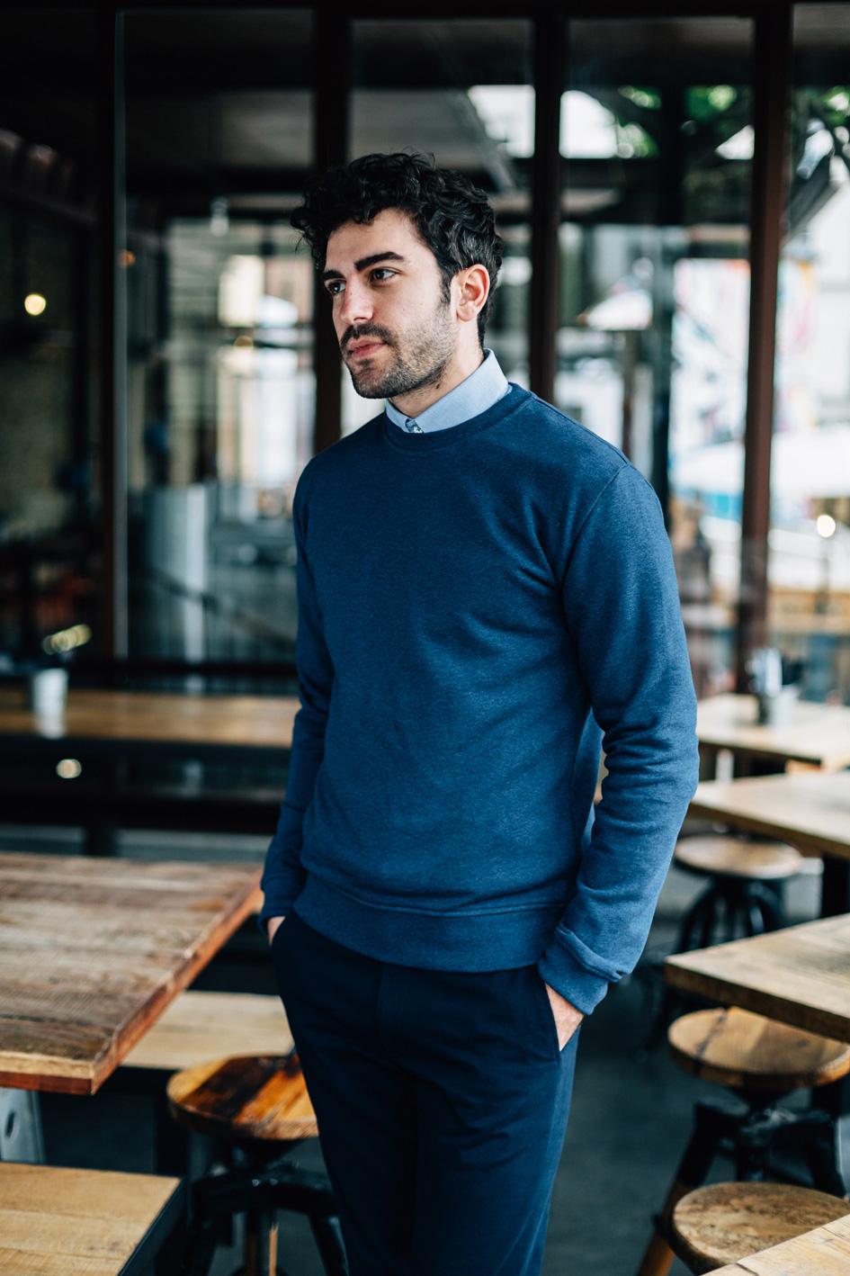 Lifestyle sweatshirt bleu côté