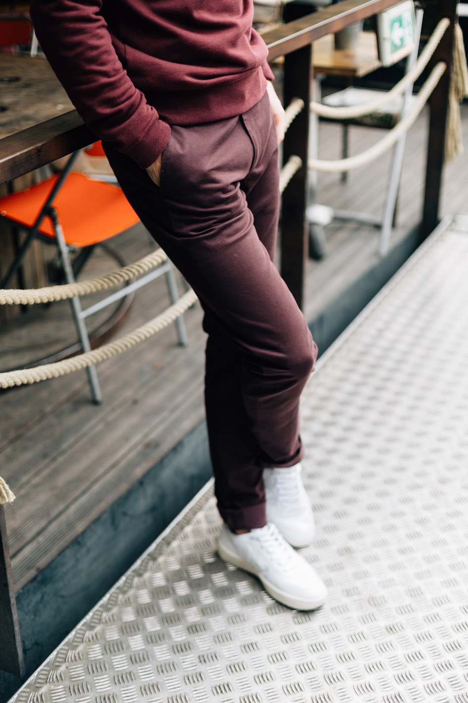 Zoom Chino Bordeaux lifestyle