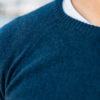 Pull Cachemire blue d'hiver close-up manches raglan